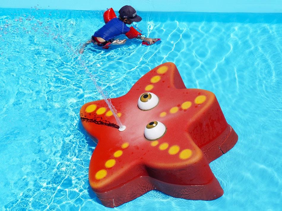 piscine avec toit ouvrant et toboggans, espace enfants pataugeoire et bassin de nage