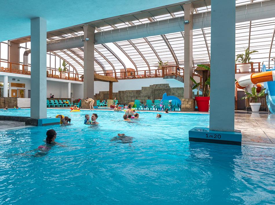 piscine couverte dans un camping sud de france