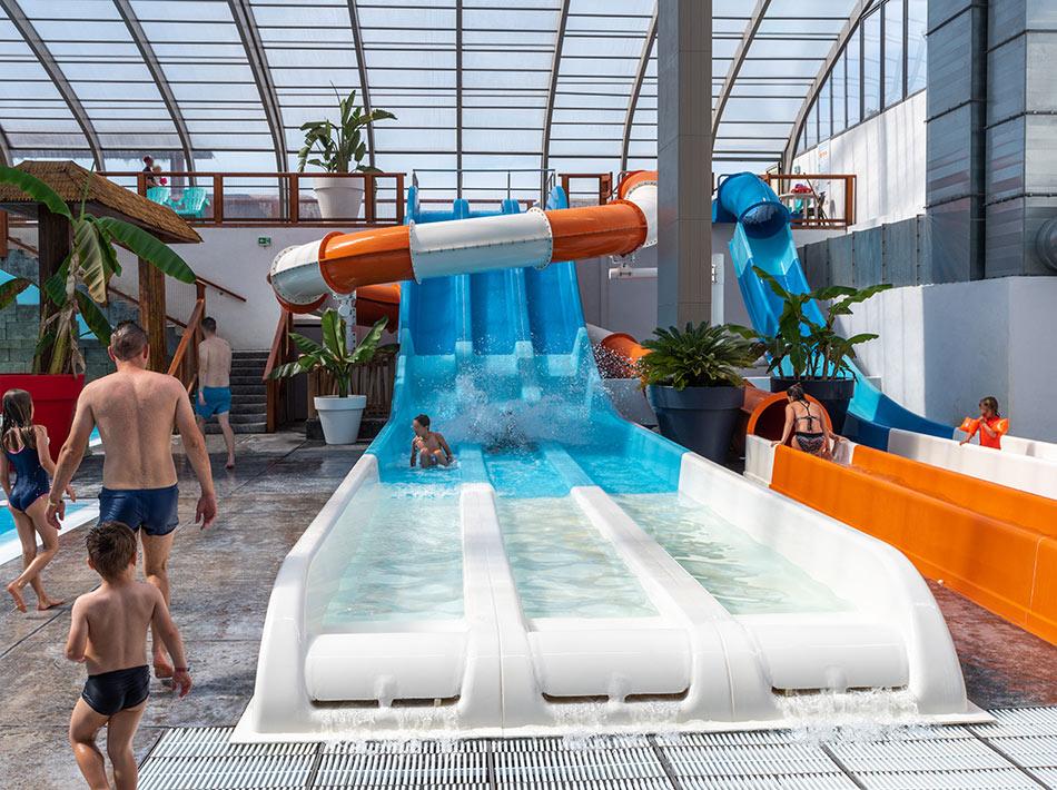 piscine couverte avec toboggans à vias plage hérault