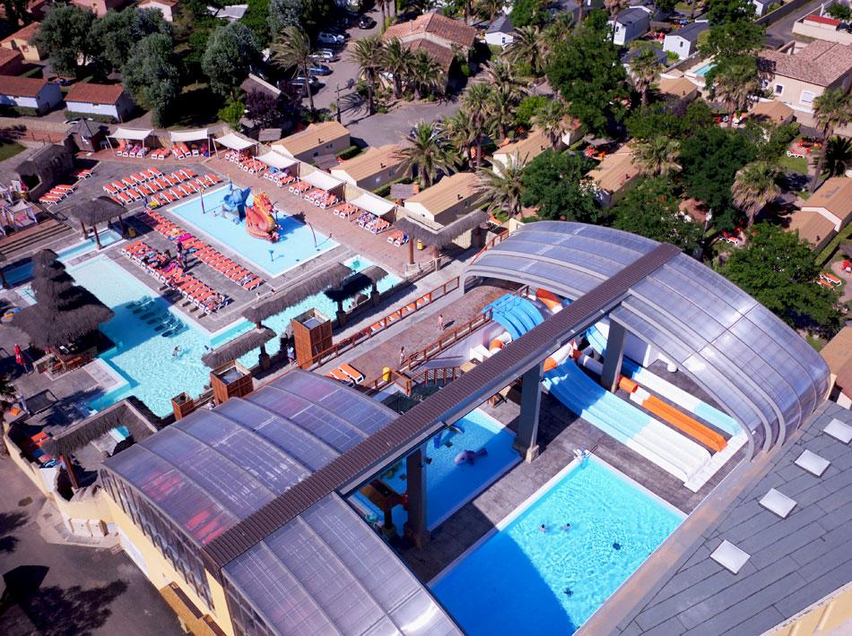 vue drone piscine couverte avec toboggans dans camping 5 étoiles Hérault