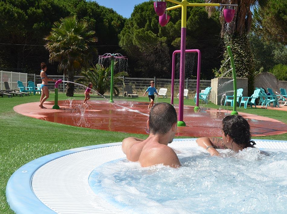 Piscine avec jacuzzi et espace jeux aquatiques pour les enfants