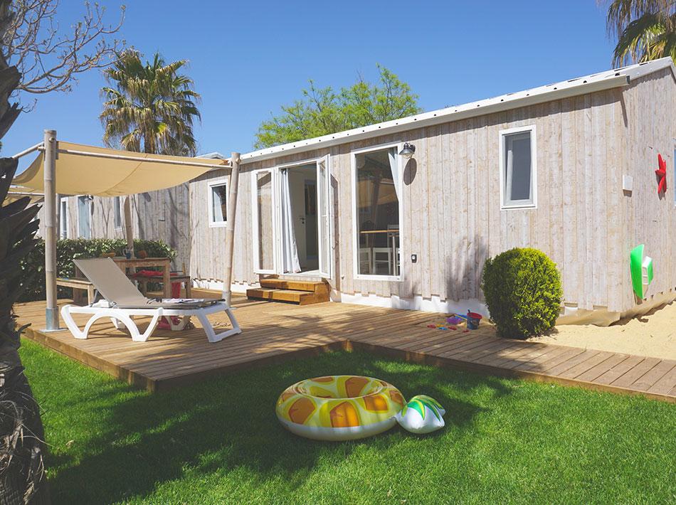 Cottage côté mer avec extérieur terrasse, jardin gazon, bac à sable pour enfants
